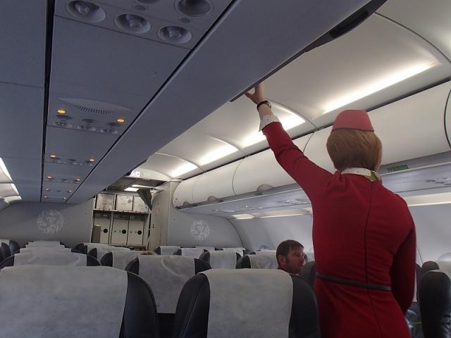 В салоне самолета работало 6 бортпроводников.