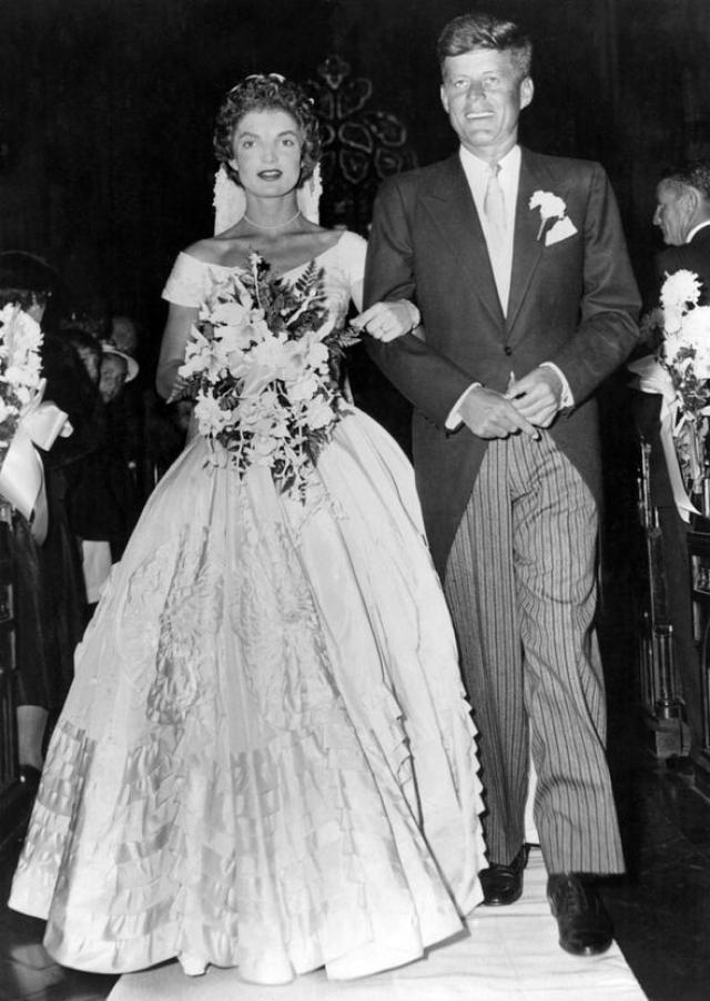 Жаклин Кеннеди. В 1952 году на одном из приемов 23-летняя журналистка Жаклин Бувье была официально представлена 35-летнему сенатору Джону Кеннеди. Через год они поженились. Когда в январе 1960 года Кеннеди объявил о своем решении баллотироваться на пост президента, Жаклин, несмотря на беременность, включилась в предвыборную гонку мужа.