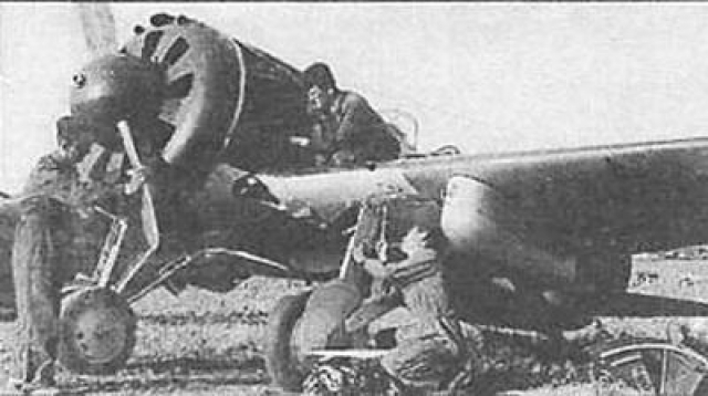 Все знают подвиг Николая Гастелло, который направил самолет на танковую колонну с цистернами горючего. Но первый «огненный» таран был совершен 22 июня 1941 года 27-летним старшим лейтенантом Петром Чиркиным из 62-го штурмового авиационного полка. Чиркин направил подбитый И-153 на колонну немецких танков, приближавшуюся к городу Стрый (Западная Украина).