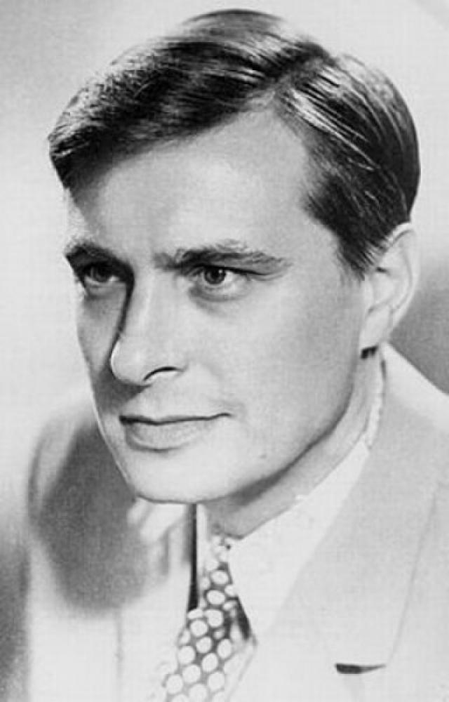 Первоначально роль Ипполита должен был играть Олег Басилашвили .