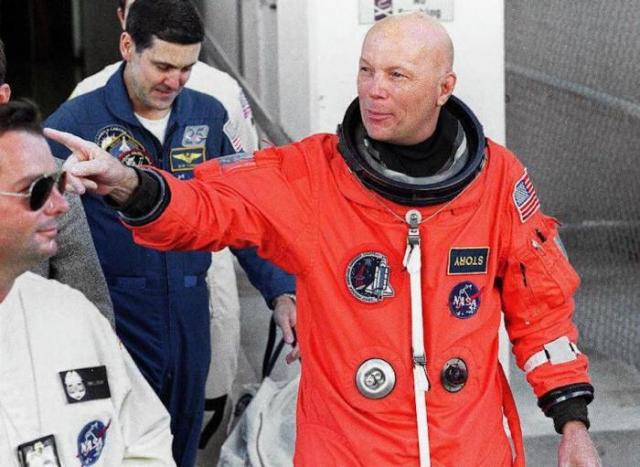 Доктор Стори Масгрэйв имеет шесть ученых степеней, а помимо этого является астронавтом NASA. Именно он рассказал очень красочную историю об НЛО.