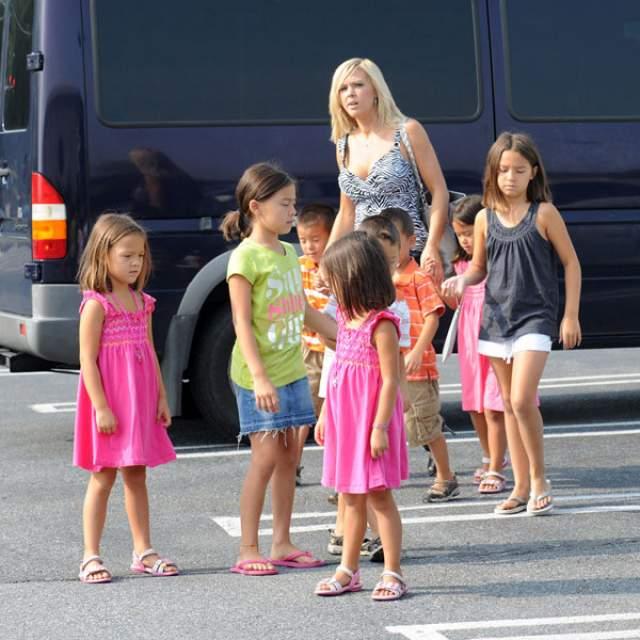 Кейт Госслин. Телезвезда, которая прославилась после участия в телешоу со своими же восемью детьми, получила обвинения в том, что била детей ложкой и шлепала в целях воспитания.