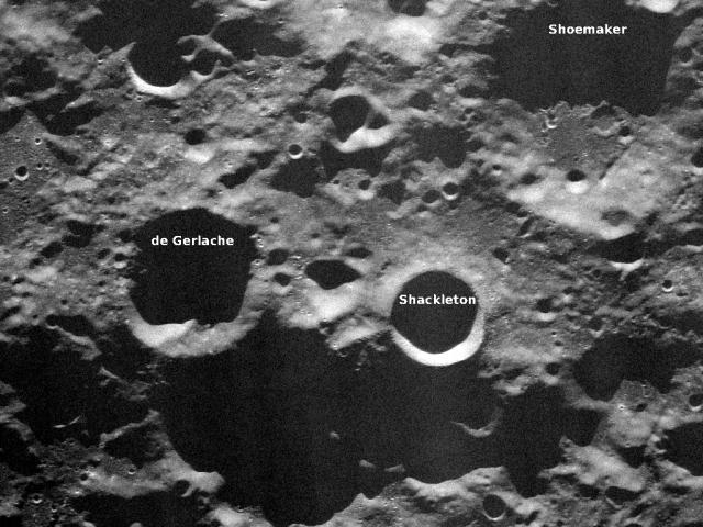 "Кратер на южном полюсе спутника, куда упал аппарат, получил название ""кратер Шумейкер""."