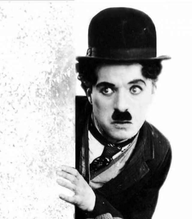 """Чарли Чаплин. Многим актер знаком именно в сценическом возрасте с """"фирменными"""" усиками."""