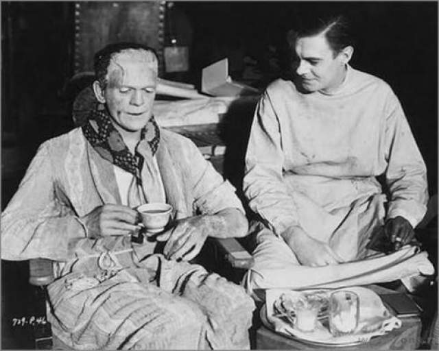 Франкенштейн Монстр Франкенштейн за чаепитием и перекусом.