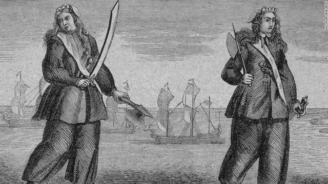 Мэри, переодевшись в мужскую одежду, стала матросом, а когда корабль попал в руки пиратов, женщина была вынуждена к ним присоединиться и стать сожительницей капитана. Мэри носила мужскую форму, участвуя в стычках наравне со всеми.
