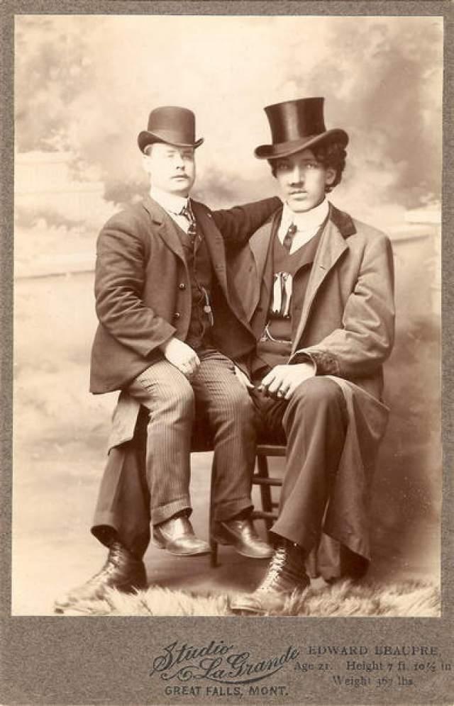 Эдуард Бопре, 1881-1904, Канада. Рост 2,51 метра. Ближе к концу жизни канадец Эдуард Бопре имел рост 2 метра 51 сантиметр. Он страдал повышенной гиперактивностью гипофиза, однако в отличие от других великанов был очень сильным мужчиной, чем и зарабатывал на жизнь: поднимал в цирке невероятные тяжести.