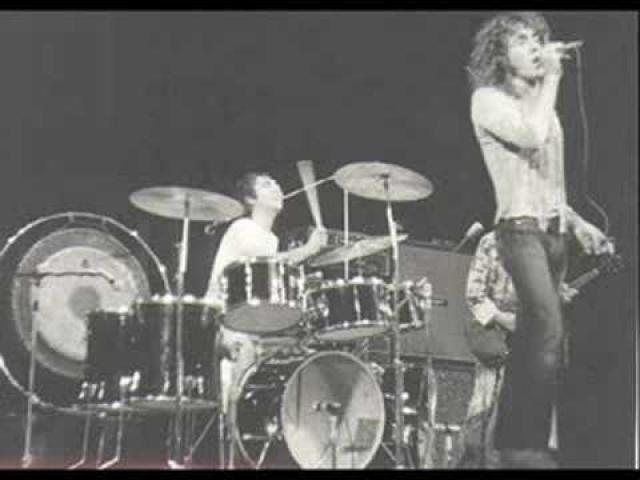 Из-за разногласий с организаторами по вопросу оплаты The Who не поднимались на сцену до 4 утра.