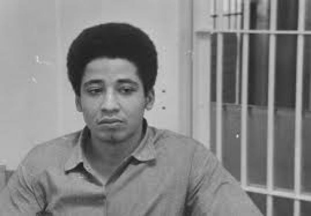 """Позже, занимаясь общественной деятельностью в тюрьме Сан-Квентин, она встретила Джорджа Джексона, активиста организации """"Черные пантеры"""". Анджела влюбилась и решила освободить любимого."""