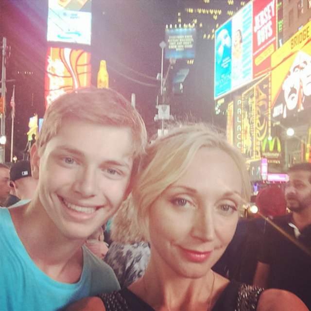 Кристина Орбакайте частенько радует поклонников совместными фото с 18-летним сыном Дени Байсаровым, на которых она скорее напоминает старшую сестру юноши.