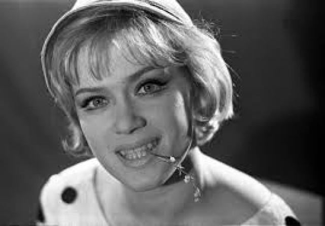 Алиса Фрейндлих. Дочь известного ленинградского актера Бруно Фрейндлиха, Алиса, играла главные роли в театрах имени Комиссаржевской и имени Ленсовета, снималась в кино, но роли, по которой ее смог бы узнать каждый, все не было.