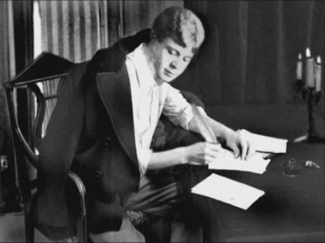 """Сергей Есенин. 28 декабря 1925 года 30-летнего поэта нашли висящим на трубе отопления в его номере гостиницы """"Англетер"""". Следствие пришло к выводам, что причиной его смерти стало самоубийство."""