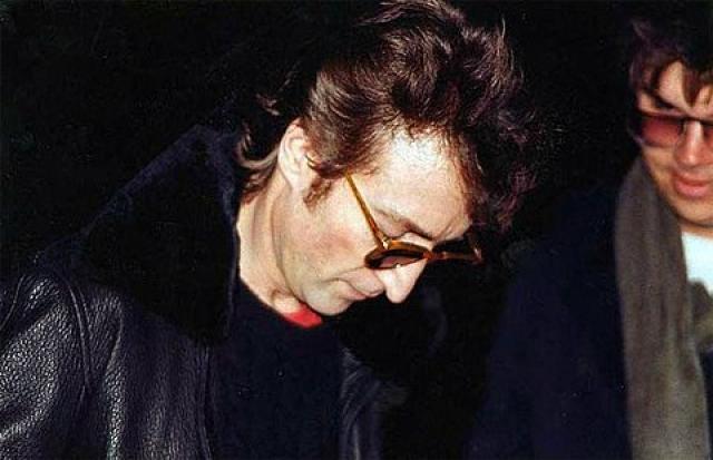 Джон Леннон дает автограф своему поклоннику Марку Дэвиду Чепмену, который через несколько часов трижды выстрелит ему в спину.