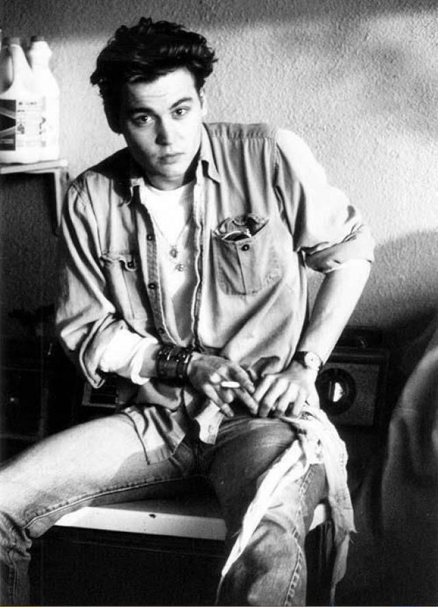 """В 20 лет он женился на Лори Энн Эллисон, работавшей гримершей на киностудии. Именно она познакомила Деппа с Николасом Кейджем, который помог ему получить первую роль в кинофильме """"Кошмар на улице Вязов""""."""