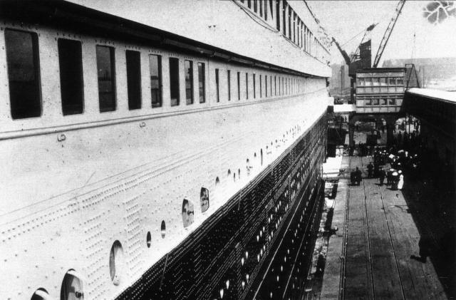 """На трансатлантическую трассу """"Титаник"""" вышел с 1317 пассажирами на борту (включая 124 ребенка), из них 324 человека совершали путешествие в первом классе, 128 - во втором, 708 - в третьем."""