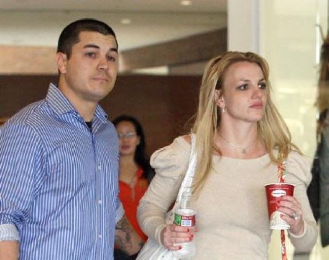 Бритни Спирс. В 2010 году Фернандо Флорес, один из бывших телохранителей Бритни подал на нее в суд за сексуальные домогательства.