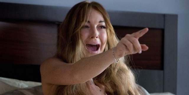 """Линдси Лохан. Ни одна отрицательная подборка не обходится без этой звезды - за что ей, впрочем, спасибо. В 2013 году ЛиЛо стянула реквизит на съемках фильма """"Очень страшное кино — 5""""."""