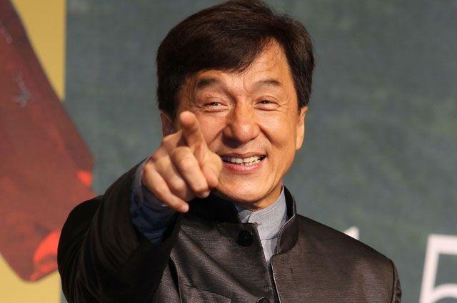 Джеки Чан - Чэн Лун, урождённый Чэнь Ганшэн, иногда упоминается как Чань Консан. Прежде чем стать известным под именем Джеки, использовал множество псевдонимов. До 1976 года был известен как Чен Юэн Лун. Затем от своих австралийских товарищей получил имя Джеки. Когда Чан работал строителем, на стройплощадке работал парень по имени Джек, а Чана для простоты назвали Малым Джеком (затем Джеки).