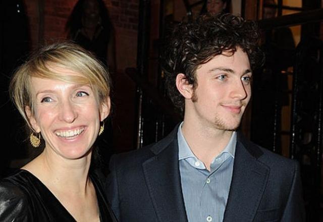 """Сэм Тэйлор-Вуд и Аарон Джонсон (разница - 23 года). Режиссер и художник познакомилась с молодым актером на съемках фильма в 2009 году. Для 19-летнего Аарона Джонсона роль в фильме """"Стать Джоном Ленноном"""" стала звездной."""