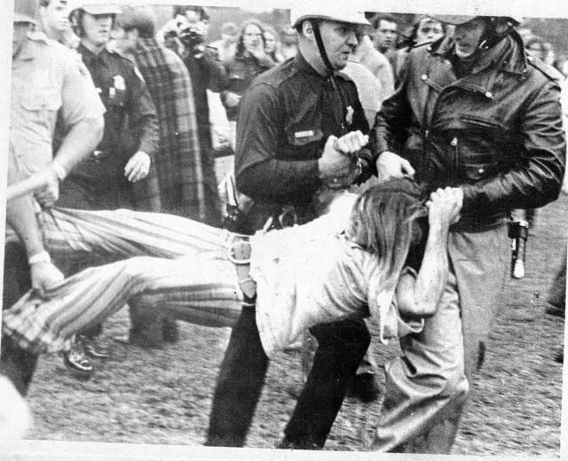Несмотря на то, что в Вудстоке должна была собраться огромная толпа народу, полицейским было запрещено дежурить на мероприятии, даже в свободное от основной работы время.