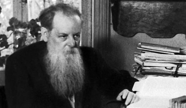 В 1918 году Павел отправился добровольцем на фронт, а вернувшись, решил обратиться к журналистике. Именно Бажов первым представил литературную обработку уральских сказаний.