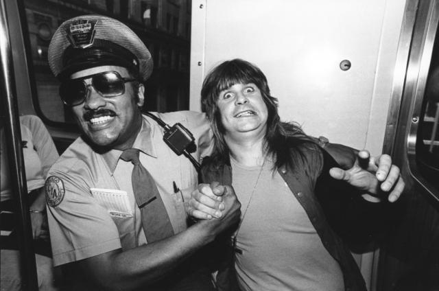 Оззи Осборн. В 1982 года, когда жители штата Техас фактически устроили на его концерте акцию протеста, рокер помочился на гигантскую статую неизвестного солдата прямо на улице.
