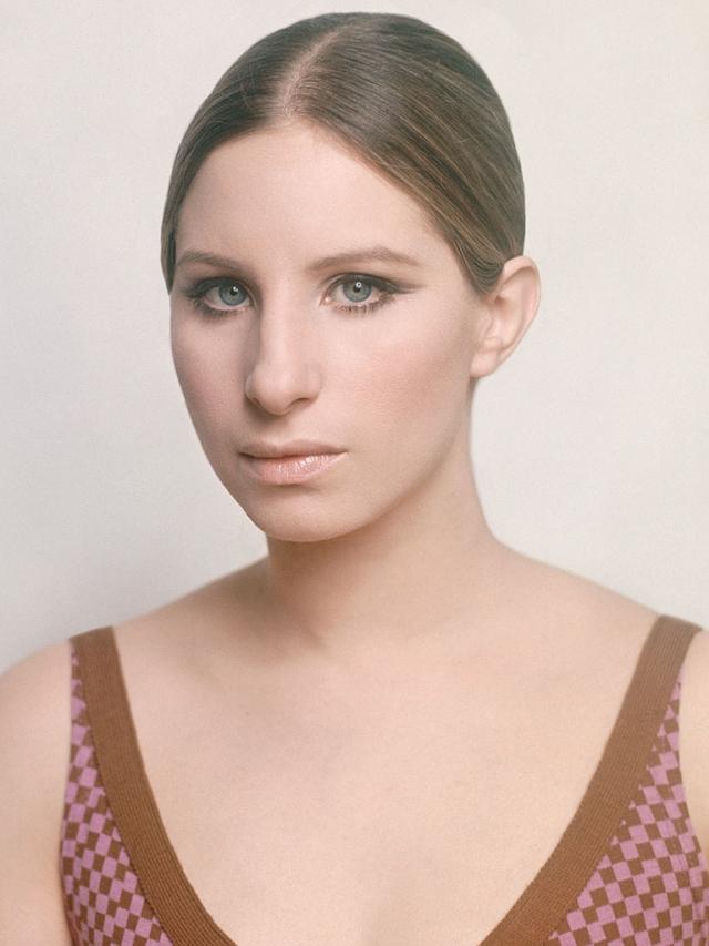 """В 1962 году Стрейзанд впервые появилась на Бродвее в маленькой, но сделавшей ее знаменитой роли в мюзикле """"Я достану тебе это оптом"""". В том же году она подписала контракт с Columbia Records."""