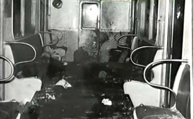 Поезд остановился, погас свет, и в полной темноте раздавались ужасные крики и стоны раненых.