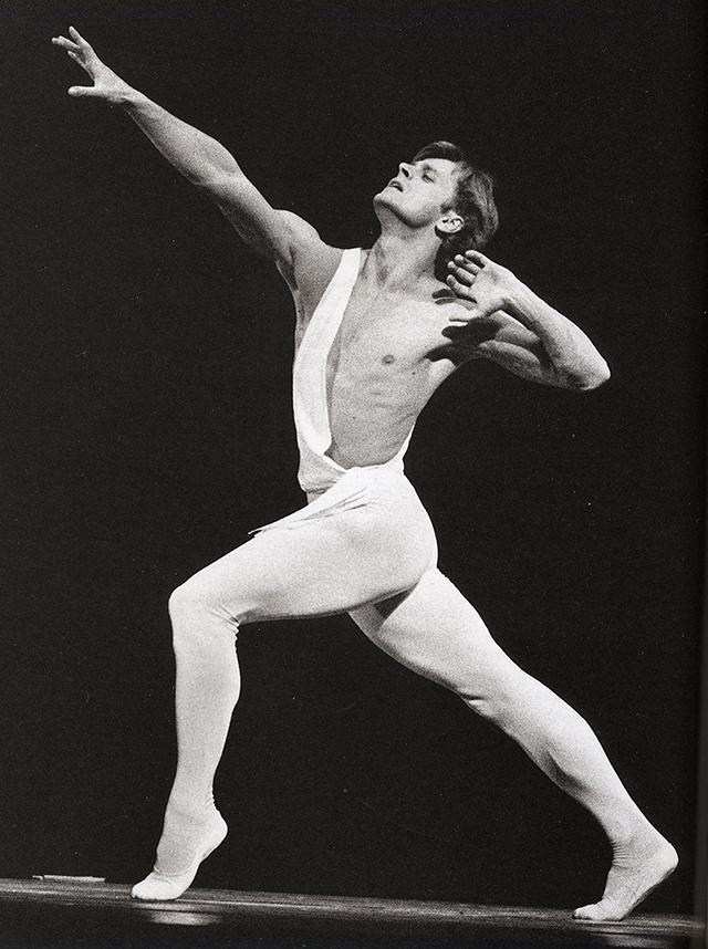 В феврале 1974 г. во время гастрольной поездки балета двух столиц (Большого и Кировского театров) по Канаде и США под конец гастролей попросил политическое убежище в Соединенных Штатах.