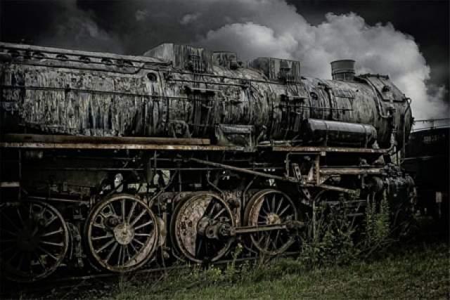 В другой трактовке из числа пассажиров успели выскочить из вагона два человека. Согласно легенде, после случившегося тоннель, в котором сгинул поезд, заложили каменной стеной по решению железнодорожных служб, а во время войны сооружение было уничтожено авиабомбой.