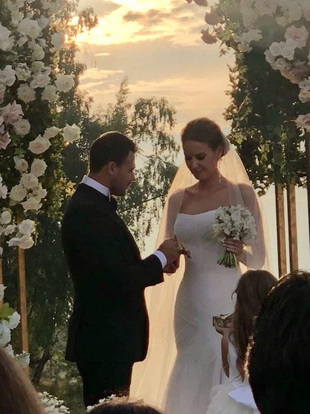 Благодаря инстаграм-аккаунтам знаменитостей оценить красоту невесты и размах праздника смогли и пользователи соцсетей.