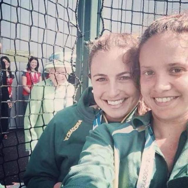 Королеве не чужды фотобомбы Во время Игр Содружества — 2014 австралийская хоккеистка Джейд Тейлор опубликовала в своем твиттере одно из самых эпичных селфи всех времен — на нем королева Елизавета подкинула Джейд и ее коллеге фотобомбу. И даже улыбнулась при этом.