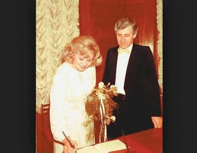Ангелина Вовк влюбилась в художника Индржиха , во время командировки в Чехословакию. Последовал развод с первым мужем, частые поездки к новому мужу в Прагу, бесконечные дорогие телефонные разговоры.