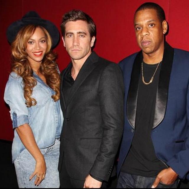 """После этого их стали часто замечать вместе. Джейк снялся в проморолике Run совместного тура Бейонсе и Jay Z, а те в ответ поддержали его во время премьеры фильма """"Стрингер""""."""
