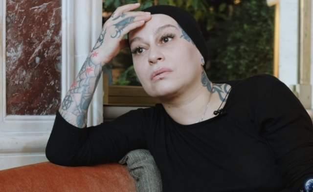 Оказалось, второй муж певицы, Ернур Канайбеков, неоднократно избивал ее. Причем все началось, когда она была беременна: тогда мужчина так сильно толкнул ее, что она ударилась головой о стену.