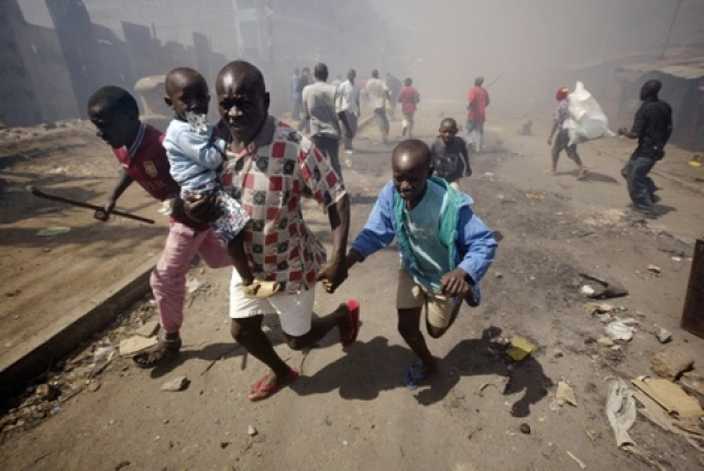 Наиболее жестокие сцены разыгрывались в местах временной концентрации беженцев в школах и церквях.