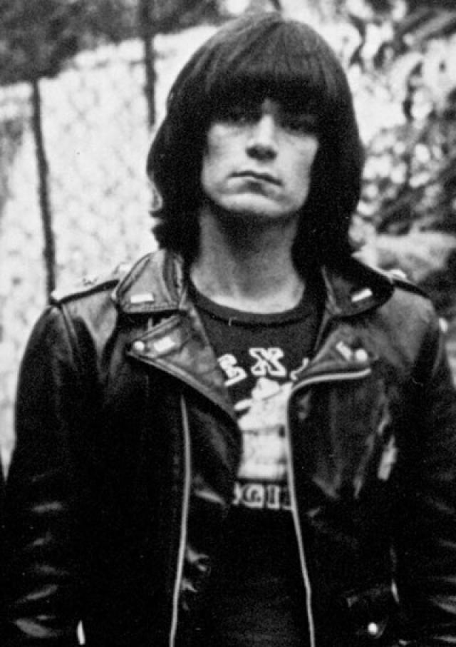 Ди Ди Рамон. Американский басист и автор песен, наиболее известный благодаря участию в панк-рок-группе Ramones страдал зависимостью от наркотиков (в том числе героина) с подросткового возраста и до конца жизни.