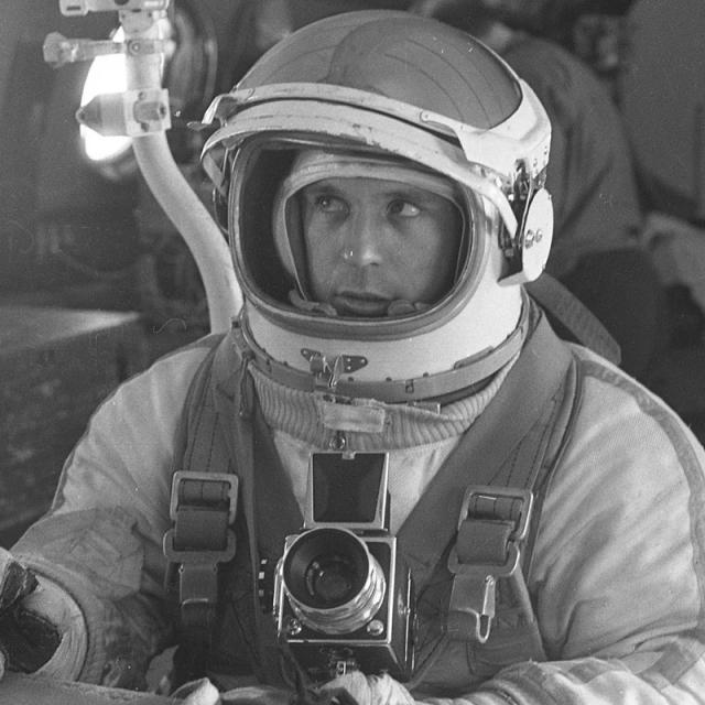 """Виктор Горбатко. Первый космический полет совершил 12-17 октября 1969 года на космическом корабле """"Союз-7"""" (продолжительность 4 суток 23 часа). Второй - в феврале 1977 года на космическом корабле """"Союз-24"""" и орбитальной станции """"Салют-5""""."""