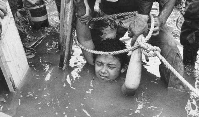 Спасатели пытались вызволить девочку разными способами, но тщетно.