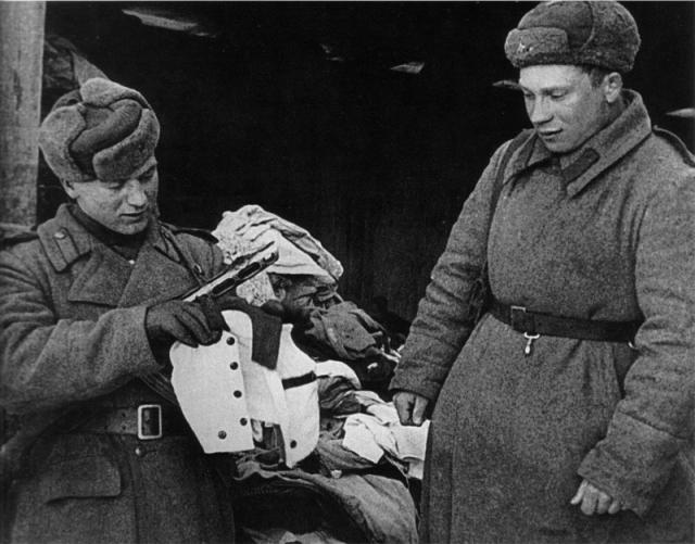 Когда советские солдаты заняли Освенцим, они нашли в частично уцелевших бараках-складах - 1 185 345 мужских и дамских костюмов, 43 255 пар мужской и женской обуви, 13 694 ковра.