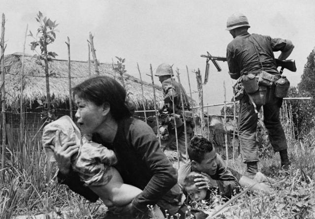 1 февраля 1968 года. В Сайгоне хаос. Никто из жителей не может поверить в то, что в столице хозяйничают партизаны и части войск Северного Вьетнама. Никто не может поверить, что коммунисты осмелились на святотатство и напали во время празднования Нового года.