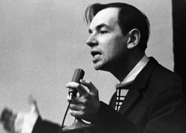 """Андрей Вознесенский. В марте 1963 года на встрече с интеллигенцией в Кремле, Никита Хрущев подверг поэта резкой критике. Под аплодисменты большей части зала он кричал: """"Можете сказать, что теперь уже не оттепель и не заморозки - а морозы…"""