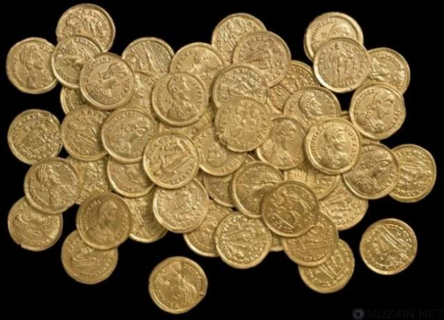 Счастливчики сообщили о своей об этом местным властям, и уже на следующий день на ферму прибыла группа археологов, которые извлекли из залежей 24 кг серебряных и 3,5 кг золотых антикварных изделий.