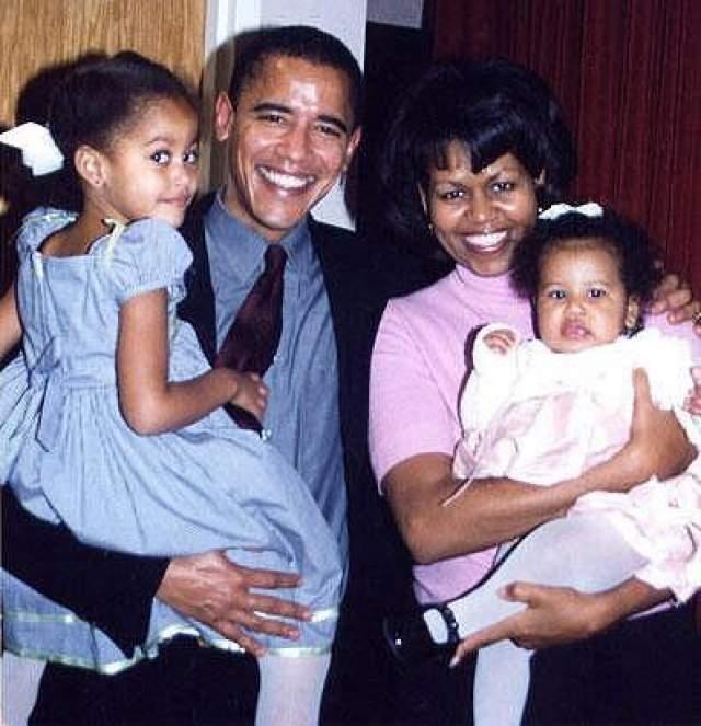 Через шесть лет чета Обама обзавелась первенцем, дочкой Малией Энн. А в 2001, за шесть лет до победы на президентских выборах, родился второй ребенок - Наташа. На фото: Барак Обама с супругой и дочерьми