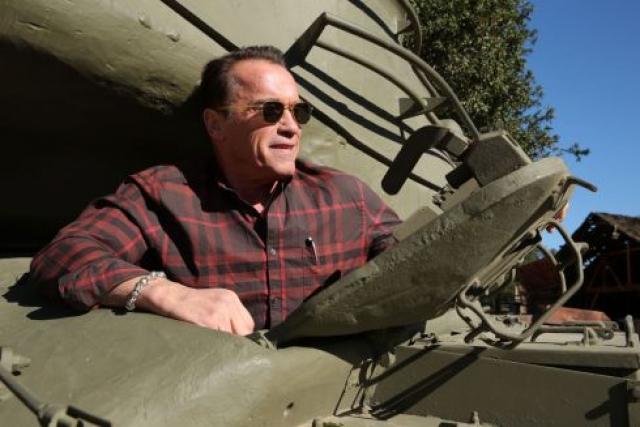 """""""Железный Арни"""" Оправдывает свое имя любовью к тяжелому року и к тяжелым машинам, так, он души не чает в танках , коллекционирует их и любит погонять на них."""