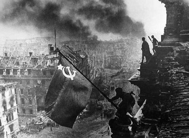 Знаменитая репортажная фотография Евгения Халдея, на которой советский воин устанавливает флаг над побежденным Рейхстагом, является постановочной – первый флаг куда-то исчез сразу после заката.