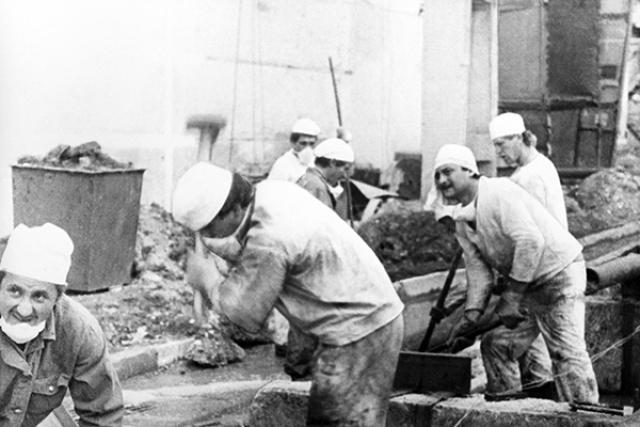 Ликвидаторы работали в опасной зоне посменно: те, кто набрал максимально допустимую дозу радиации, уезжали, а на их место приезжали другие. Основная часть работ была выполнена в 1986-1987 годах, в них приняли участие примерно 240 тысяч человек. Общее количество ликвидаторов (включая последующие годы) составило около 600 тысяч.