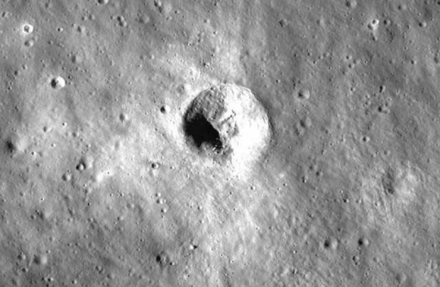 Этот снимок был сделан с помощью Google Moon: на обратной стороне спутника около Моря Москвы при сильном приближении можно разглядеть странный объект - семь точек, расположенных под прямым углом.