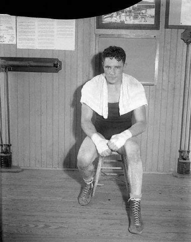 Формально Шааф не был высчитан рефери, поскольку, согласно правилам, финальный гонг спасает боксера от нокаута. Впоследствии Эрни постоянно жаловался на головные боли, но продолжал выходить на ринг. На фото: Макс Бэр, 1930 год