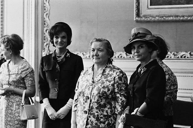Хрущев первым из советских лидеров начал брать жену в деловые заграничные поездки и на официальные приемы.